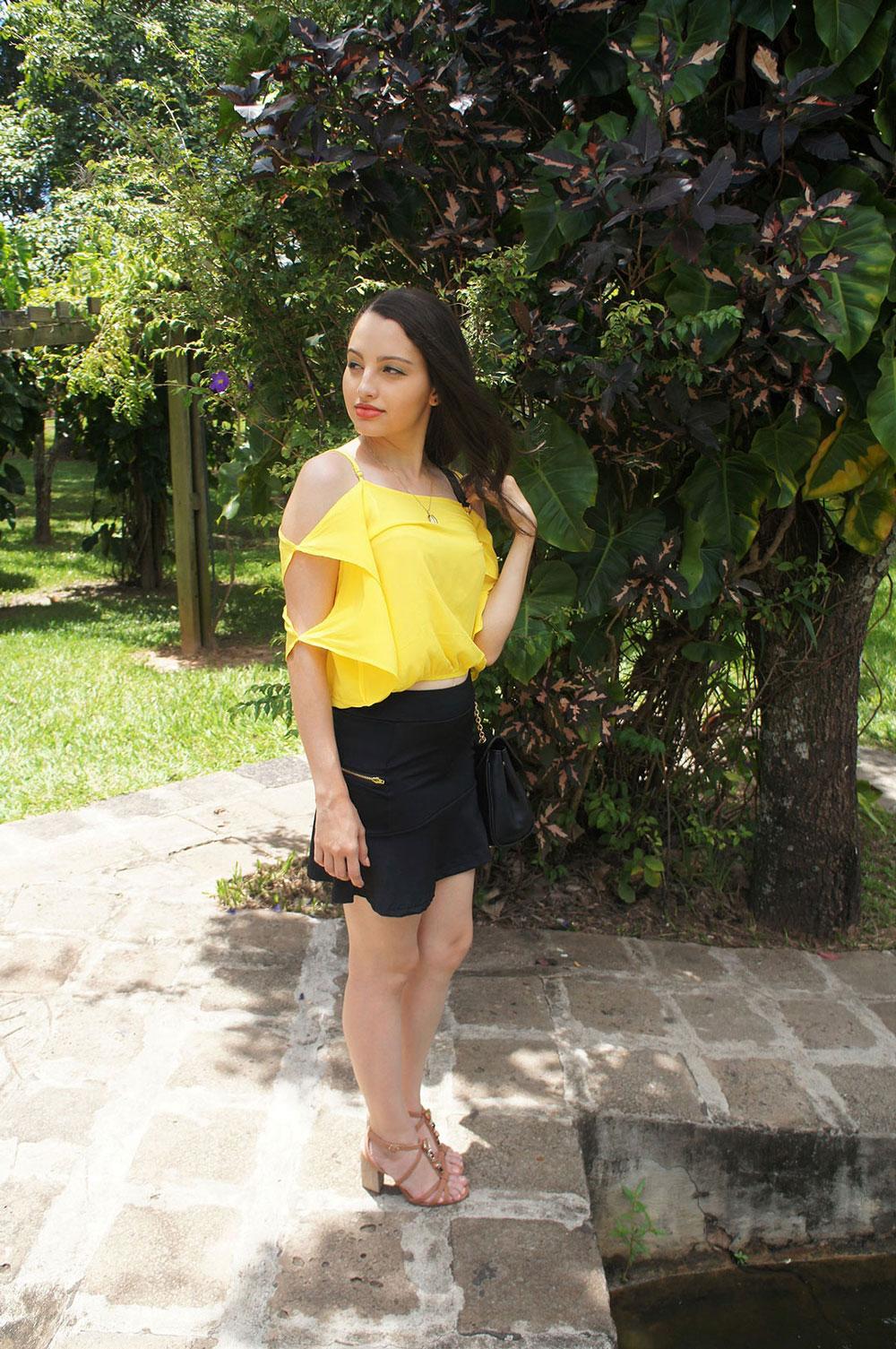 Look do Dia Blusa Amarela e Saia Preta