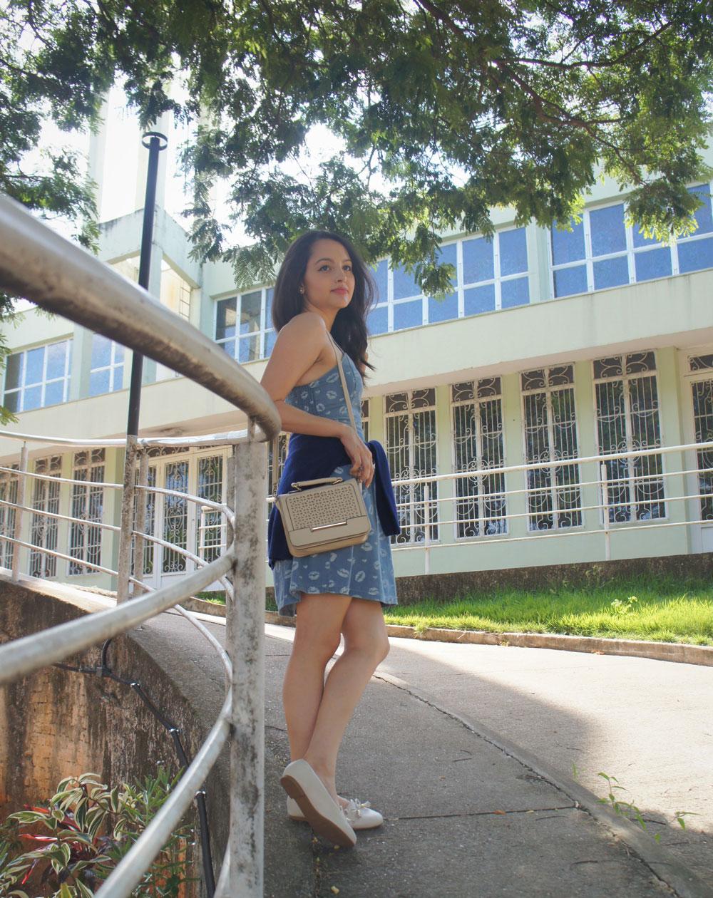 Look Vestido Azul e Bolsa Neutra